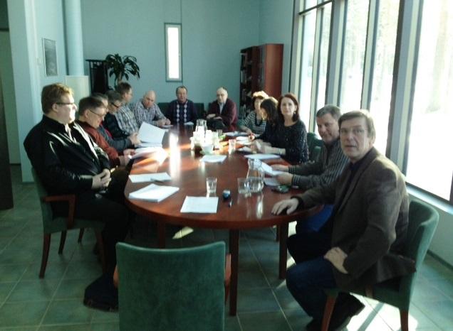 Kokousedustajat mahtuivat kaikki neuvottelupöydän ääreen. Oikealla edessä osaston puheenjohtaja Miika Niinikoski.