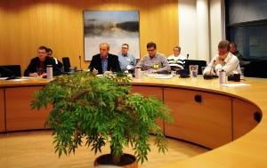 Kokousosallistujia vasemmalta Markku Kilpilinna, Ari Rantanen, Jorma Suomi ja Miika Niinikoski, takana vasemmalta Kirsi Nyman, Jari Leppimaa, Kirsti Brusi ja Harri Ainamo.