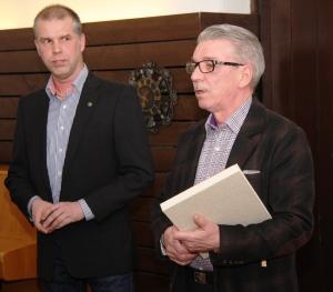 Illan muistetut: Jukka Rautavaaralle (oikealla) kunniajäsenyys ja Teppo Kososelle ansiomerkki
