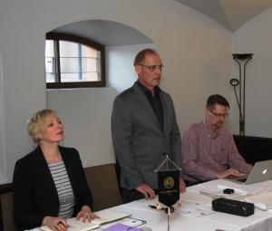 Killan puheenjohtaja Ari Rantanen avasi vuosikokouksen, oikealla sihteeri Marko Silanterä ja vasemmalla taloudenhoitaja Leena Ala-Nissilä.
