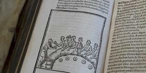 Espanjalaisen humanisti, matemaatikko ja teologi Pedro Chacónin teos De Triclinio sive de Modo convivandi apud Prisco Romanos (Geneve, 1588/1590), käsittelee roomalaisten ruokailutapoja, ruokaa, viiniä, etikettiä ja aterian yhteydessä kuunneltavaa musiikkia.