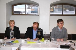 Kokouksen puheenjohtaja Jorma Suomi oik. ja häntä avustivat taloudenhoitaja Leena Ala-Nissilä ja yhdistyksen puheenjohtaja Ari Rantanen.