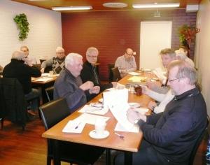 Etualalla rahastonhoitaja Vesa Holopainen kertoo kokousväelle vuoden tilinpäätöstietoja.