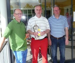 Golfmestaruuskilpailujen mitalikolmikko: vasemmalla toiseksi sijoittunut Simo Kokko, keskellä mestari Keijo Kokkonen ja oikealla kolmanneksi yltänyt Tapani Tammi.