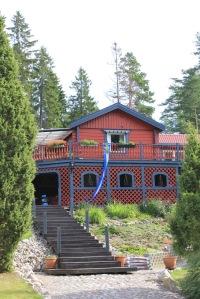 1960-luvun alkupuolella Ruotsiin muuttaneen Eeron omin käsin kesämökistä tekemä omakotitalo Nyköpingissä kauniin järven tuntumassa.