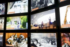 Päivälehden museon suuren kuvaseinän kautta pääsee tutustumaan tuhansiin uutiskuviin. Kuvaaja: Ida Pimenoff