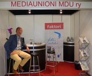 Mediaunionin osastolla toimintaa esittelivät puheenjohtaja Veli-Matti Niemi, taloudenhoitaja Heli Varvio ja kuvassa poseeraava hallituksen varapuheenjohtaja Miika Niinikoski.