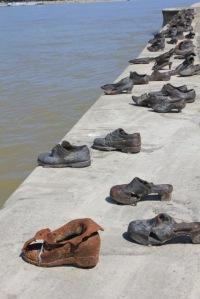 """Taideteos """"Kengät"""" Tonavan rannassa kuvaa Holokaustin aikaa, juutalaisten viimeinen pako Tonavaan."""