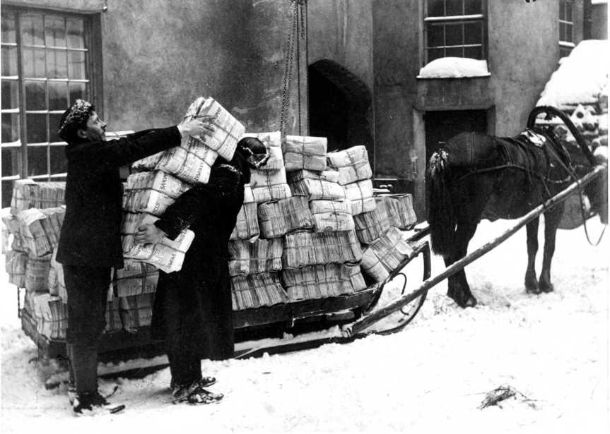 Sanomalehtien matka Helsingistä Pohjois-Suomeen alkamassa. Ensin lehdet viedään hevoskyydillä rautatieasemalle. Kuva vuodelta 1916. Päivälehden arkisto.