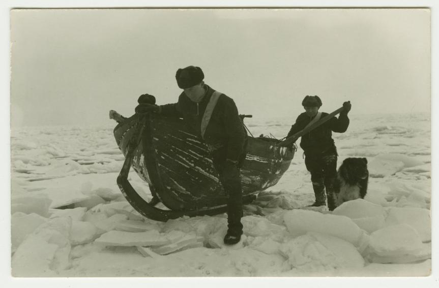 Suursaareen kuljetettiin 1920-luvun talvina postia hiihtäen ja kelirikkoaikana jääveneillä. Leander Mattila/ Postimuseo
